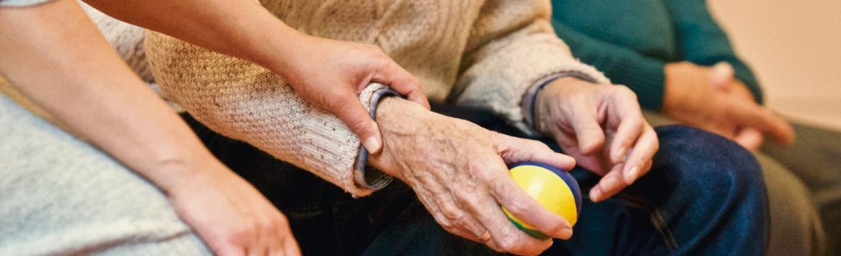 Como aumentar a segurança do idoso contra riscos de queda em casa
