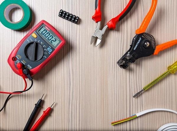 Dicas de segurança para trabalhar com circuitos elétricos ou com ferramentas e equipamentos elétricos.