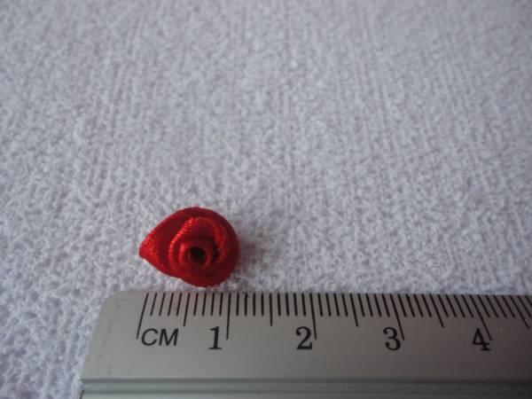 Foto2 - Cód M1053 Mini botão de rosa em cetim vermelho 10 un