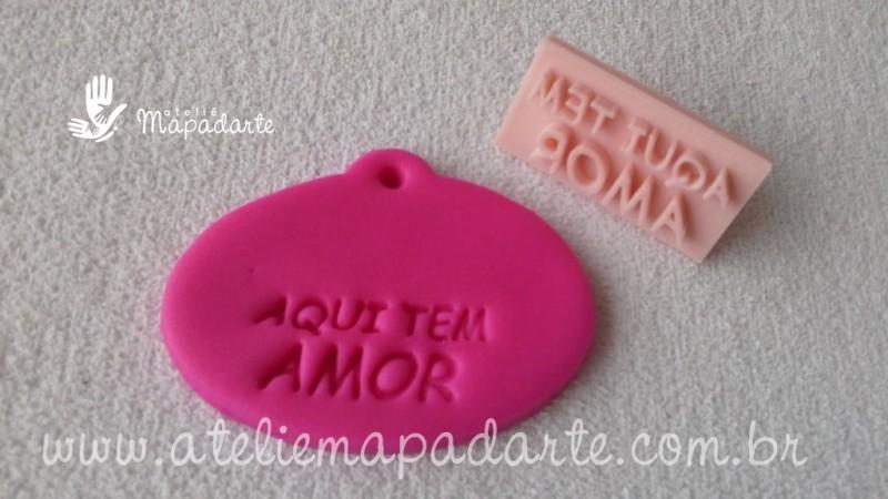 Foto2 - Cód M1946 Carimbo aqui tem amor em plástico PLA 01 un ref. 317 (AC)