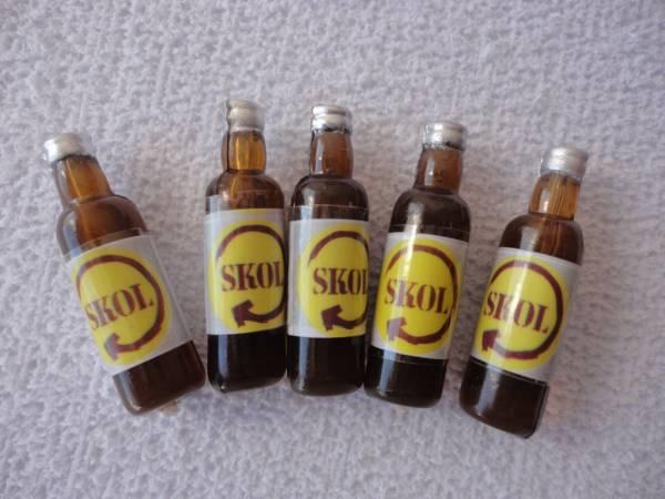 Foto 1 - Cód M593 Miniatura cerveja skol garrafa c/ 5 un