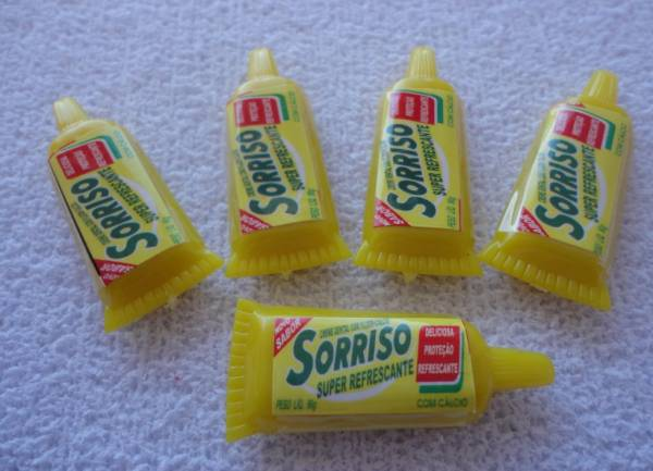 Foto 1 - Cód M800 Miniatura creme dental sorriso embalagem amarela c/ 5 un