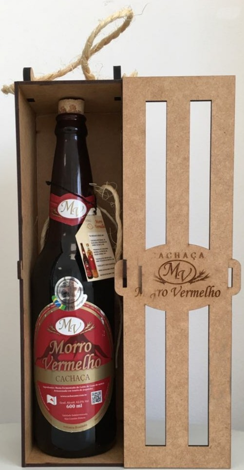 Foto2 - MV - 28 Cachaça Presente Madeira 600ml Ouro