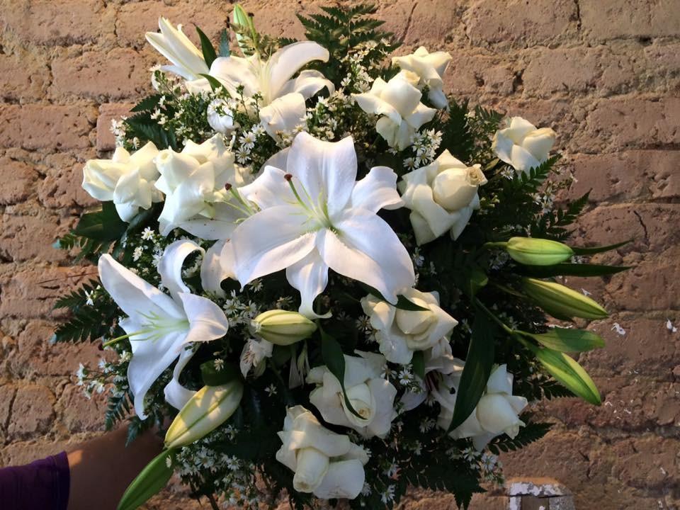 Foto 1 - Rosas brancas e Lírios