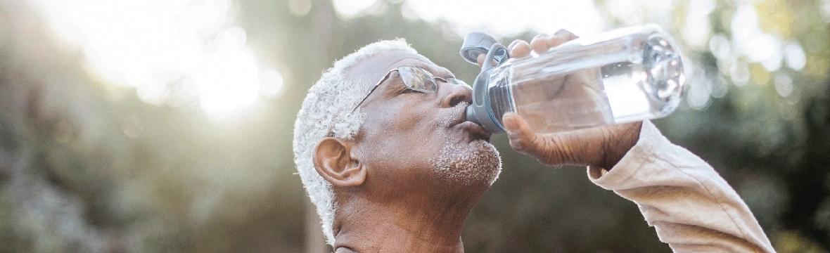 Como melhorar a hidratação do idoso no verão