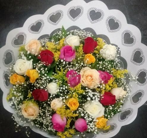 Foto 1 - MEGA PROMOÇÃO - Bouquet 24 rosas colorido