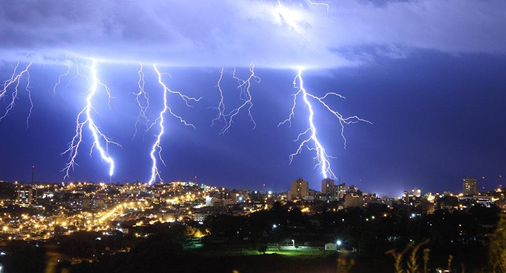 Como proteger seus aparelhos eletrônicos de raios e sobrecargas elétricas